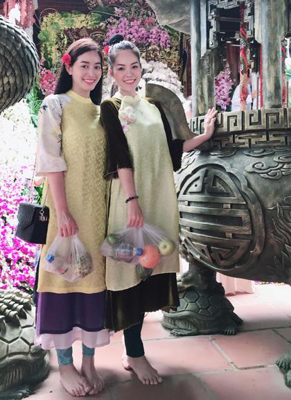 Diễn viên Dương Cẩm Lynh (phải) và Mai Thanh Hà đến nhà Tổ của Hoài Linh (quận 9) để xin lộc.