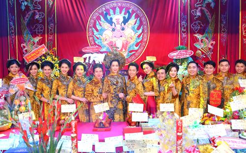 Các nghệ sĩ, diễn viên và nhân công của sân khấu Trịnh Kim Chi mặc áo dài trong ngày giổ tổ.