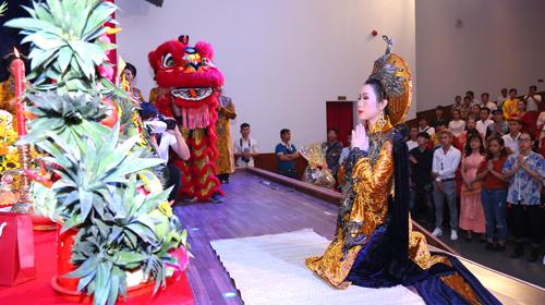 Nghệ sĩ Ưu tú cho biết chị cũng phải vượt qua nhiều chật vật để sân khấu của mình được sáng đèn trong tình hình khó khăn chung.