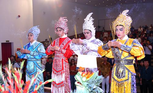 Các nghệ sĩ của sân khấu cổ truyền thành kính dâng hương trước bàn thờ tổ sân khấu.
