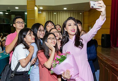 Nhiều bạn trẻ vây quanh người đẹp chụp ảnh kỷ niệm.