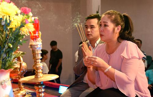NSND Hồng Vân và các diễn viên sân khấu kịch Phú Nhuận dựng bàn thờ khang trang, đón mọi người đến cúng Tổ vào ngày 12/8 (âm lịch).