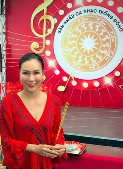 Ca sĩ Khánh Ngọc đến sân khấu Trống Đồng, tụ điểm ca nhạc dành cho khán giả bình dân nổi tiếng ở TP HCM.