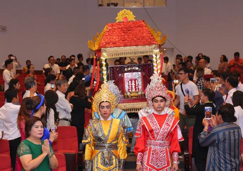 Sân khấu của nghệ sĩ Trịnh Kim Chi tổ chức lễ rước Tổ hoàng tráng.
