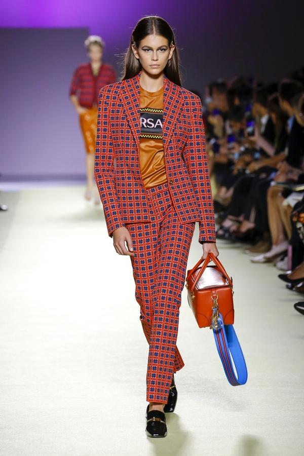 Siêu mẫu thập niên 1990 Shalom Harlow tái xuất ở show Versace