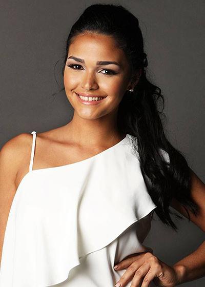 Trong nhiều shot hình, Kiara Ortega luôn tươi cười rạng rỡ.