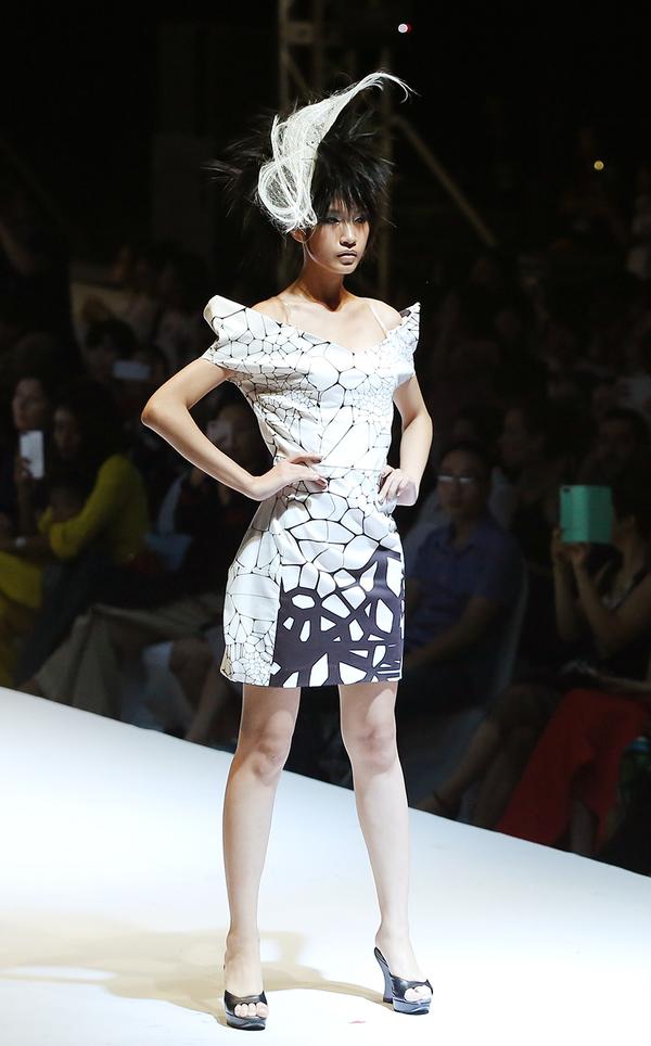 Váy áo kỳ quái của Junko Koshino trên sàn diễn Hà Nội