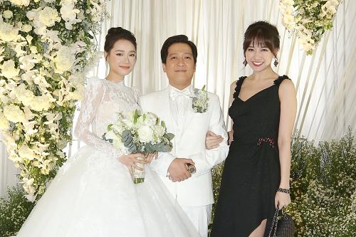Hari Won đi thay cho chồng vì Trấn Thành bận việc.