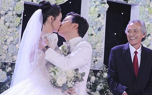 Cả hai dành cho nhau nụ hôn ngọt ngào trước sự chứng kiến của hai gia đình và khách mời.
