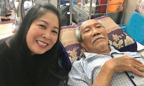 Nghệ sĩ Hồng Vân vào bệnh viện thăm soạn giả Nguyên Thảo.