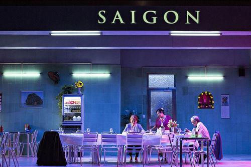 Bối cảnh của vở kịch là một nhà hàng của người Việt ở Pháp. Những người chủ tha hương đã bài trí theo một phong cách rất Việt Nam để thể hiện nỗi nhớ nhà của mình.