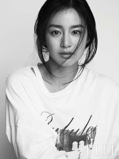 Kim Tae Hee là gương mặt trang bìa tạp chí Elle (ấn bản Hàn Quốc) số tháng 10. Người đẹp 38 tuổi trao đổi với êkípmuốn mang hình ảnh đời thường lên tạp chí. Vì vậy, cô chọn phong cách đơn giản, không nhiều màu sắc.