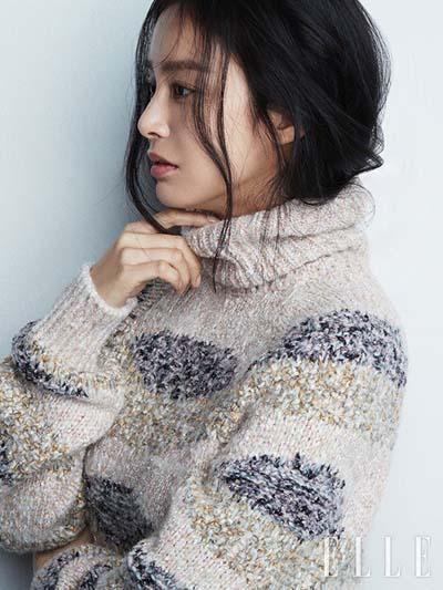 Kim Tae Hee để tóc rối, mặc quần jeans, áo phông, áo len. Diễn viên cho biết đây là các dạng trang phục cô sử dụng trong đời thường. Chúng mang lại cho cô sự thoải mái.