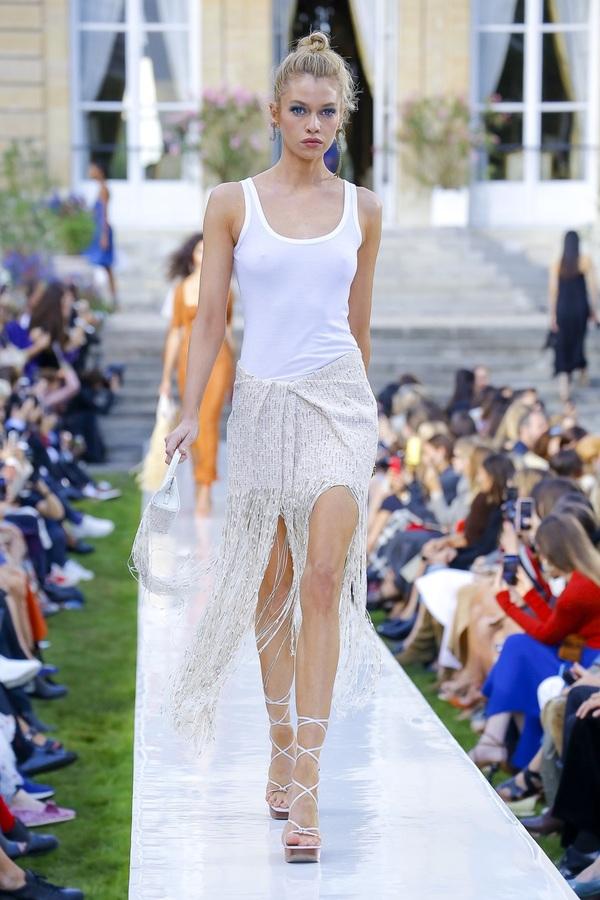 Túi cói khổng lồ gây chú ý ở Tuần thời trang Paris
