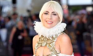 Lady Gaga mặc váy khoét ngực lên thảm đỏ