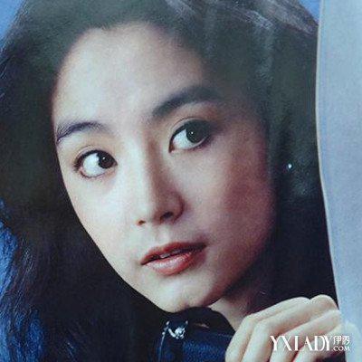 Từ giữa thập niên 1980, côphát triển sự nghiệp ở Hong Kong, hợp tác Thành Long trong Câu chuyện cảnh sát, đóng cặpChâu Nhuận Phát trong Người trong mộng, kết hợp Trương Mạn Ngọctrong Cuồn cuộn hồng trần, Tân Long Môn khách sạn.