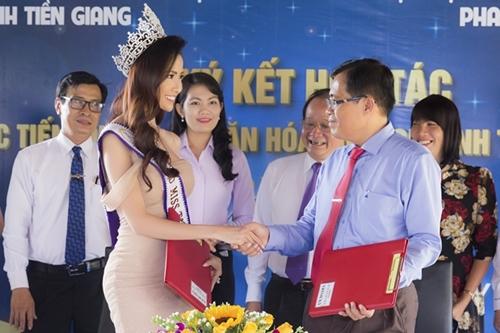 Phan Thị Mơ gặp gỡ giám đốc Sở Văn hóa Tiền Giang chiều 30/9.