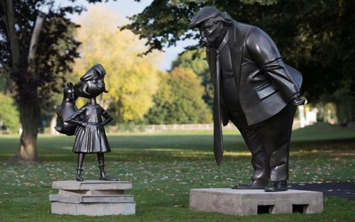 Bức tượng đặt trong khuôn viên bảo tàng của cố nhà văn - Roald Dahl Museum and Story Centre, thuộc vùng quê Great Missenden, Buckinghamshire, Anh - nơi ông từng trải qua 36 năm cuộc đời. Ảnh: