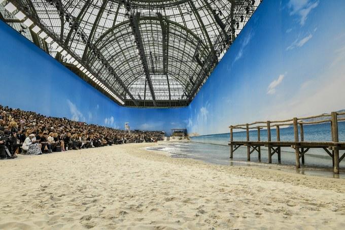 Chanel dựng bãi biển trong bảo tàng