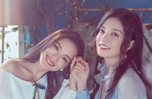 Triệu Vy (phải) và Thư Kỳ chụp ảnh quảng bá cho Nhà hàng Trung Hoa.