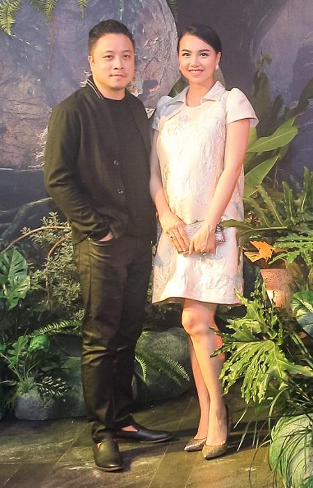 Victor Vũ (trái) và Đinh Ngọc Diệp. Cô hóa thân An - một người phụ nữ thời hiện đại hay gặp giấc mộng kỳ quái, sau đó phát hiện ra câu chuyện của Hùng - người bất tử. Phim thuộc thể loại tâm linh, ly kỳ, dự kiến khởi chiếu ngày 12/10.