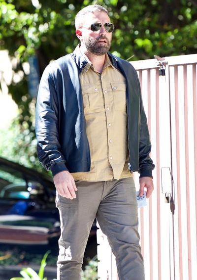 Ben Affleck ở Brentwood, California ngày 4/10, sau khi rời trại cai nghiện. Ảnh: Mega.