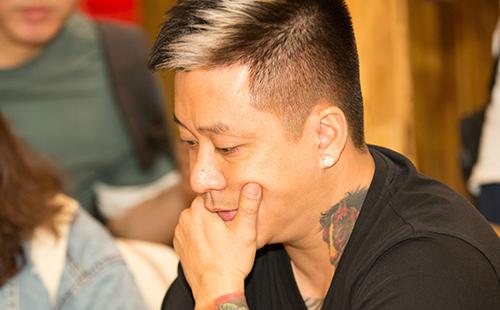 Tuấn Hưng trong cuộc gặp báo chí tối 5/10, sau khi nhận thông báo ngừng biểu diễn.