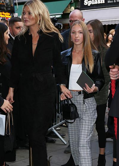 Phong cách của người mẫu trẻ khi đi xem thời trang với mẹ.
