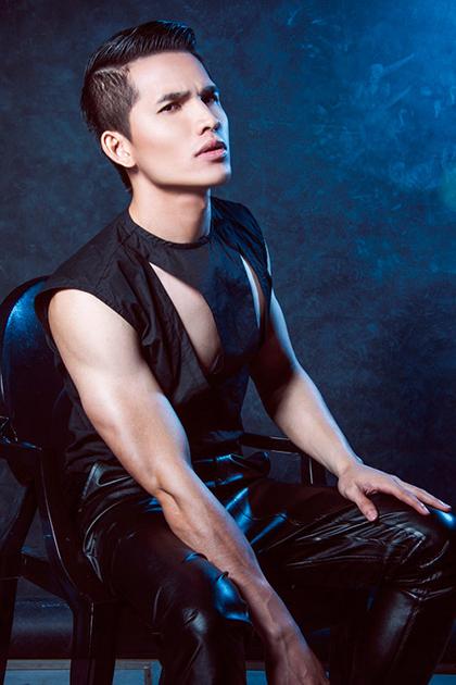 Anh bắt đầu tập gym để cải thiện vóc dáng. Trong những bộ hình anh thường xuyên khoe các cơ tay, ngực săn chắc.