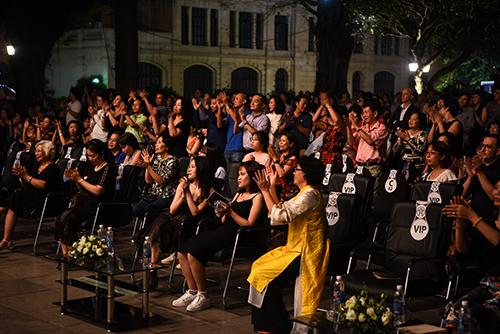 Đêm nhạc thu hút hàng nghìn khán giả, với những tràng pháo tay giữa các bản nhạc. Ảnh: Giang Huy