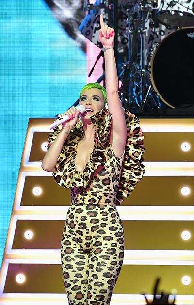 Kiểu trang phục này được Katy ưa chuộng. Trước bộ này, cô từng đặt hàng nhà thiết kế một mẫu trang phục tương tự, khác ở họa tiết da báo. Người đẹp diện nó trên sân khấu ở Citi Sound Vault hôm 10/9 và trong bộ hình quảng bá một chiến dịch vào đầu năm nay. Công Trí thực hiện bộ trang phục nàycuối tháng 12/2017.