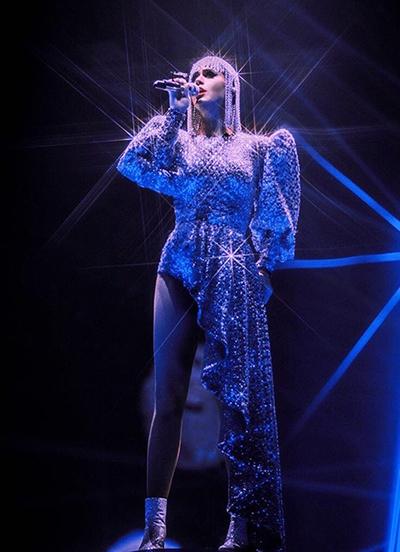 Công Trí và Katy Perry lần đầu hợp tác với nhau từ tháng 9 năm ngoái. Từ đó đến nay, hầu hết trang phục đều mang dấu ấn của thời trang thập niên 1980 với chi tiết bèo nhún hoặc cầu vai lớn.