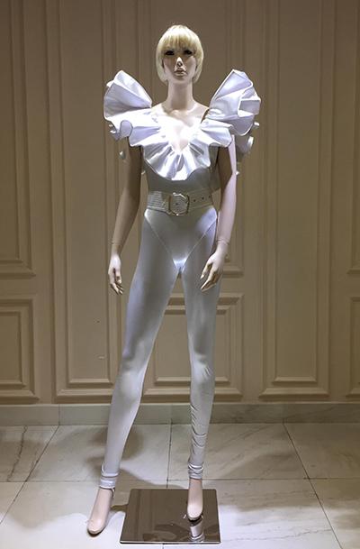Bộ bodysuit màu trắng do Công Trí thiết kế được mặc kèm quần legging và thắt lưng bản lớn.