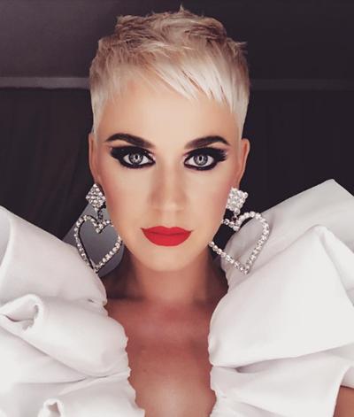 Hôm 8/10, Katy Perry đăng ảnh trên trang cá nhân. Cô mặc bộ đồ màu trắng với đường xếp bèo lớn ở cổ.