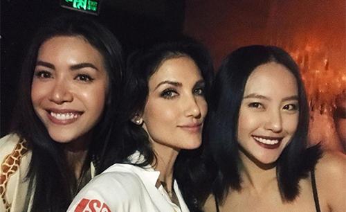 Cindy Bishop và huấn luyện viên Minh Tú (trái), người mẫu Ryma Thanh Vy hội ngộ ở TP HCM.