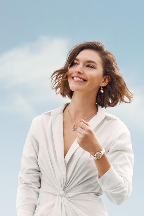 Siêu mẫu Arizona Muse đeo trang sức Happy Heart và đồng hồ Happy Sport mặt số ngọc trai.