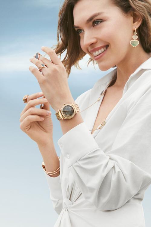 Đồng hồ Happy Sport mặt xám vân guilloche với những viên kim cương chuyển động tự do trên bề mặt, lan tỏa nguồn năng lượng tích cực.