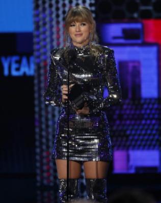 Taylor Swift nhận giải Nghệ sĩ của năm. Ảnh: Reuters.