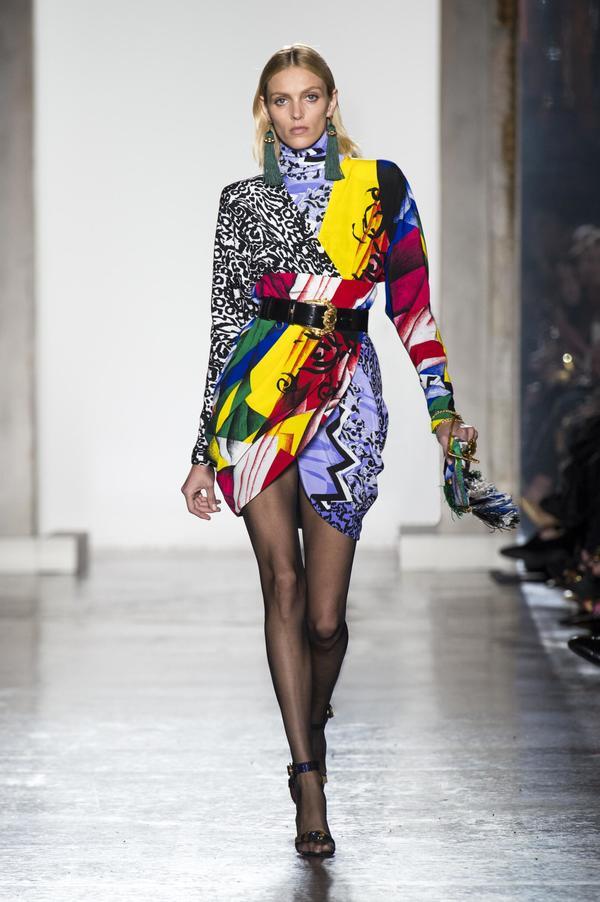 Váy in đủ màu của Versace được sao lăng xê