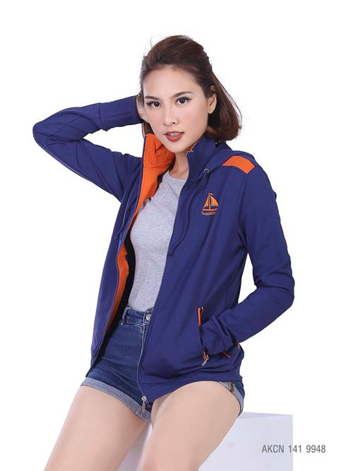 Màu sắc, thiết kế luôn được thương hiệu chú trọng cập nhật để mang đến những sản phẩm đáp ứng nhu cầu khách hàng. Trong ảnh là áo khoác mã AKCN 141 9953.