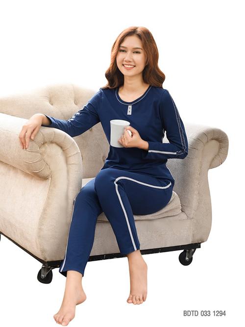 Bộ mặc nhà BDTD 033 1294 mang gam màu xanh navy thiết kế đơn giản nhưng thể hiện được sự thanh lịch.