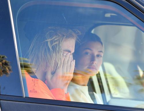 Justin Bieber ôm mặt khóc trong xe hơi. Ảnh: Mega.