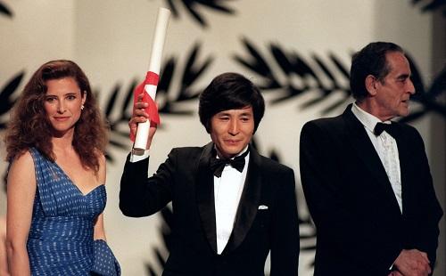 Oguri Kohei (giữa)ăn mừngở Liên hoan phim Cannes 1990. Ảnh: AFP.