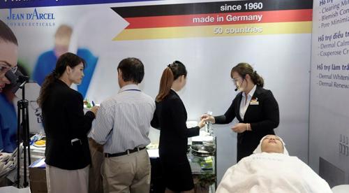 Nhân viênJean dArcel thực hiệnliệu trình chăm sóc da tại hội nghị.
