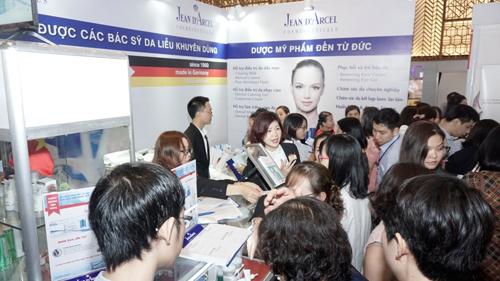 Các bác sĩ tham quan và tìm hiểu sản phẩm tại giang hàng của Jean dArcel.