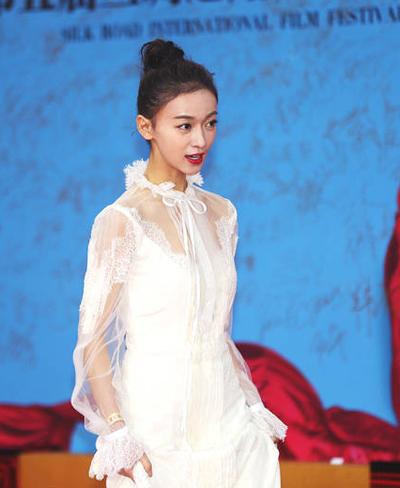 Ngụy Anh Lạc Ngô Cẩn Ngôn chọn trang phục xuyên thấu dự sự kiện.