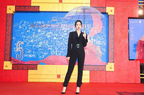 Diễn viên Bách Bách Hà cũng tham dự sự kiện. Cô mặc jumpsuit đen và tạo dáng với ô trong.