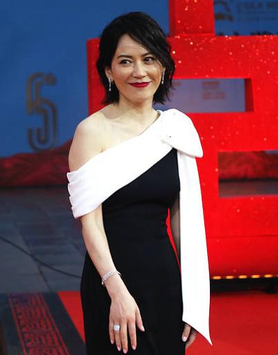 Diễn viên Du Phi Hồng mặc váy lệch vai.