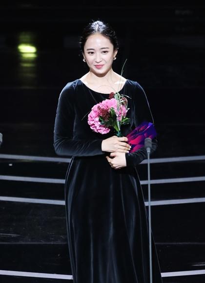 Nữ diễn viên phụ xuất sắc nhất: Kim Min Jung (Mr. Sunshine), Jang So Yeon (Chị Đẹp Mua Cơm Ngon Cho Tôi)