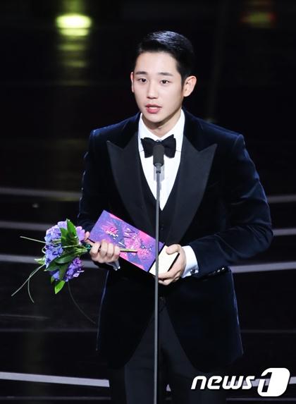 Nam diễn viên xuất sắc (Phim ngắn tập): Jung Hae In (Chị Đẹp Mua Cơm Ngon Cho Tôi)